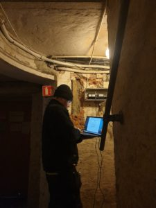 John Martin i en mørk kjeller for å oppdatere et Siedle porttelefon anlegg