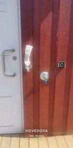 Elektronisk albubryter for døråpning montert på vegg